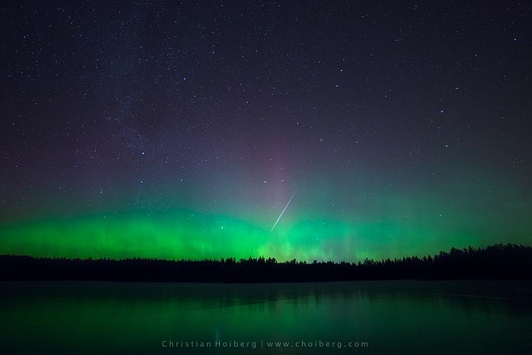 aurora boreal com um meteoro