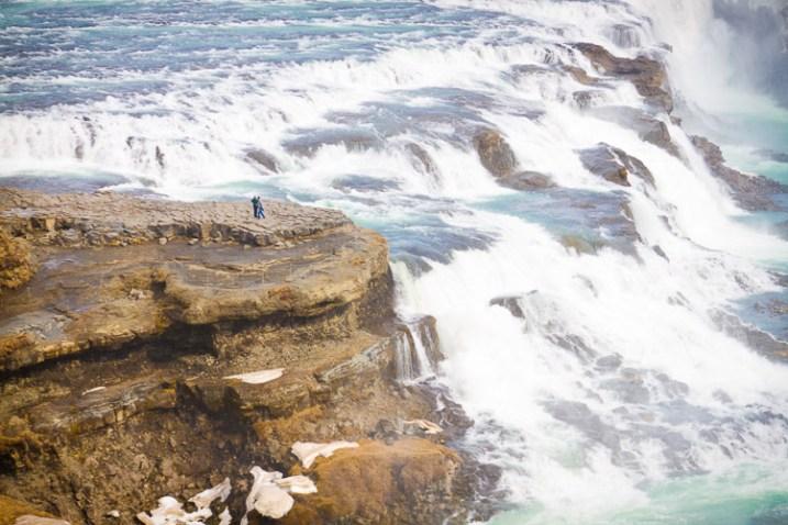 该图显示了在古佛斯瀑布上远足的人-如何在摄影中表现出规模感