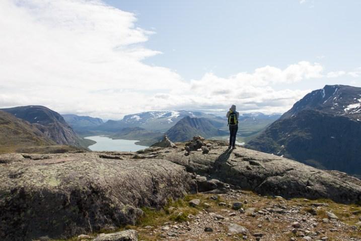 一个男人在山脉上拍照-如何在摄影中表现出规模感