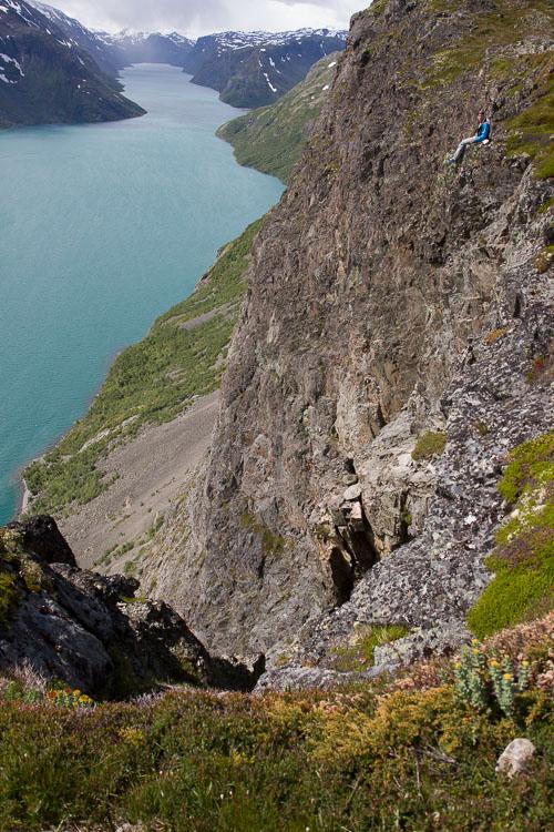 山中的徒步旅行者,拍摄来显示悬崖的规模-如何在摄影中表现出规模感