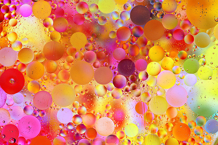 How to Create Colorful Artistic Images Using Oil and Water