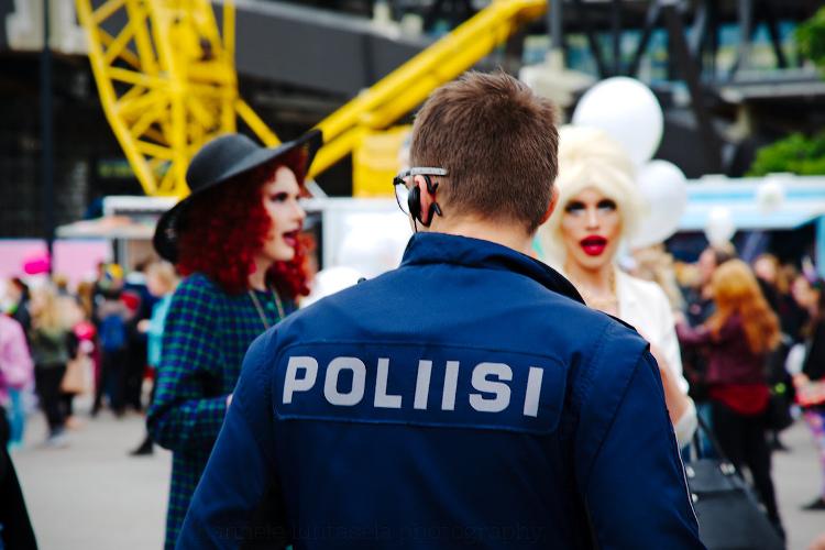 如何在摄影中使用概念对比 - 警察和人们打扮