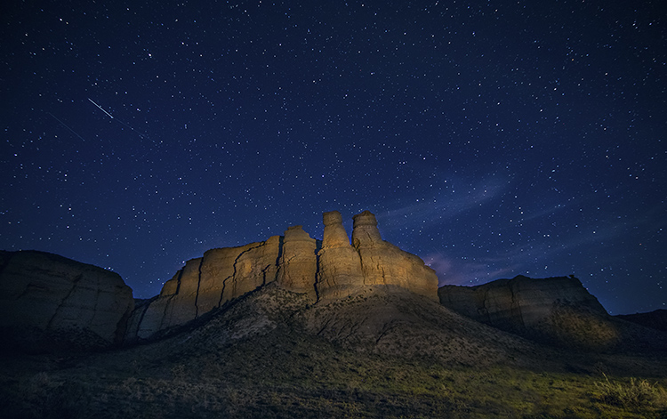 How to Choose a Lens for Night Sky Photography - night shot with cliffs and stars