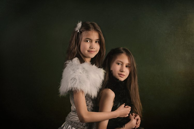 portrait of 2 girls - 5 Tips How to Set Up a Home Studio for Dramatic Portraits
