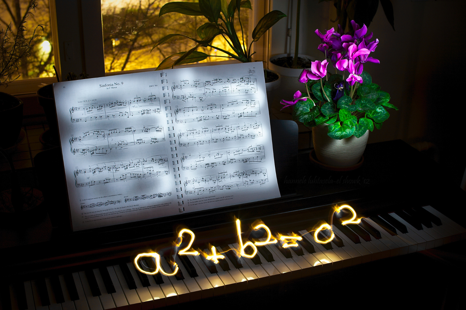 Light painting and light scribbling on a piano: the Pythagoras theorem
