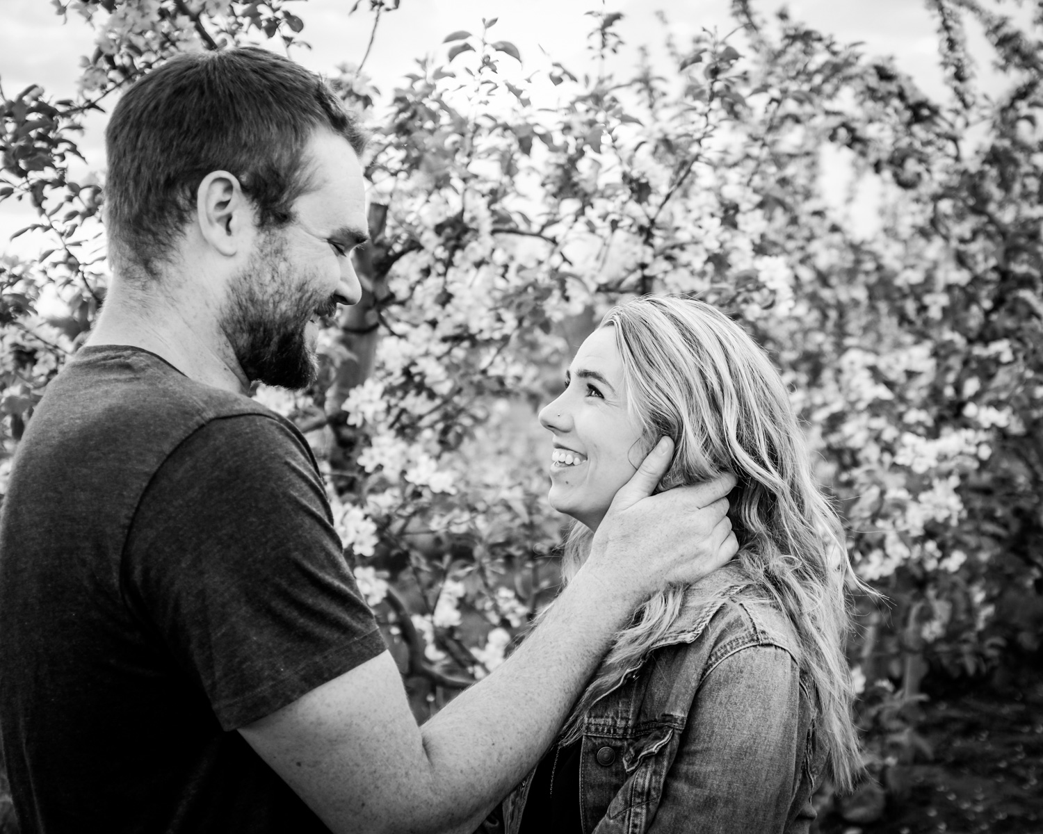 Candid couples photo - Fun Ways to Photograph Couples That are a Bit Awkward