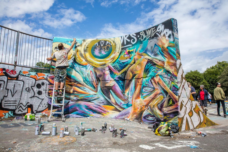 Street photography 01 - graffiti artist working