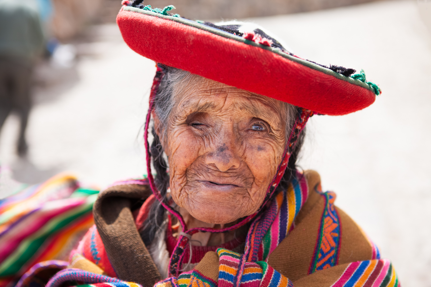 Street photography 02 - old lady in Peru in traditional attie