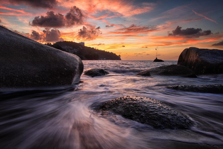 图像:此图像使用数字混合。前景中的岩石被照亮,天空中的岩石......