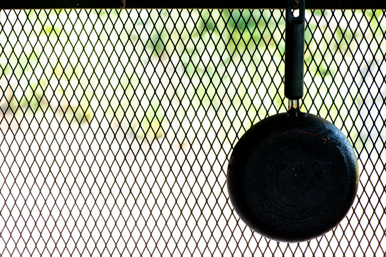 como fotografar coisas comuns: frigideira pendurada em uma cerca de arame