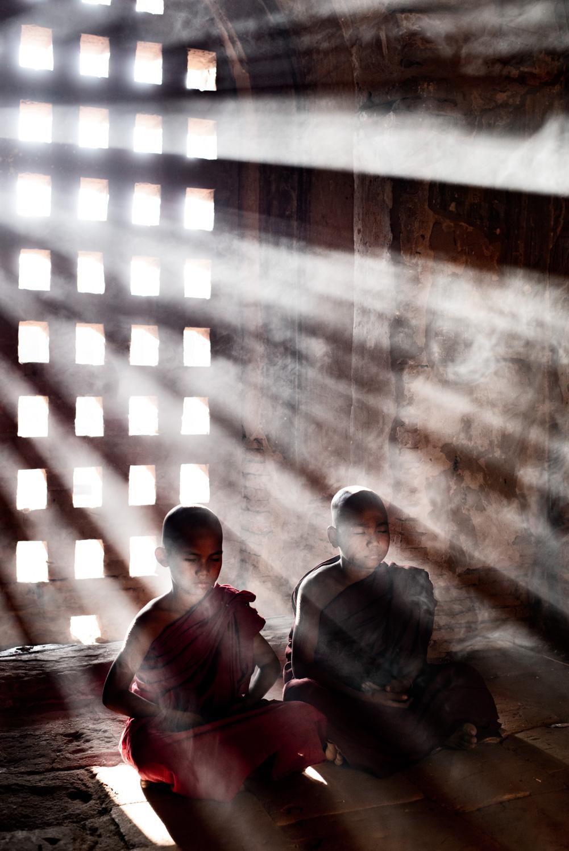 Monges iniciantes meditando - erros comuns de câmera