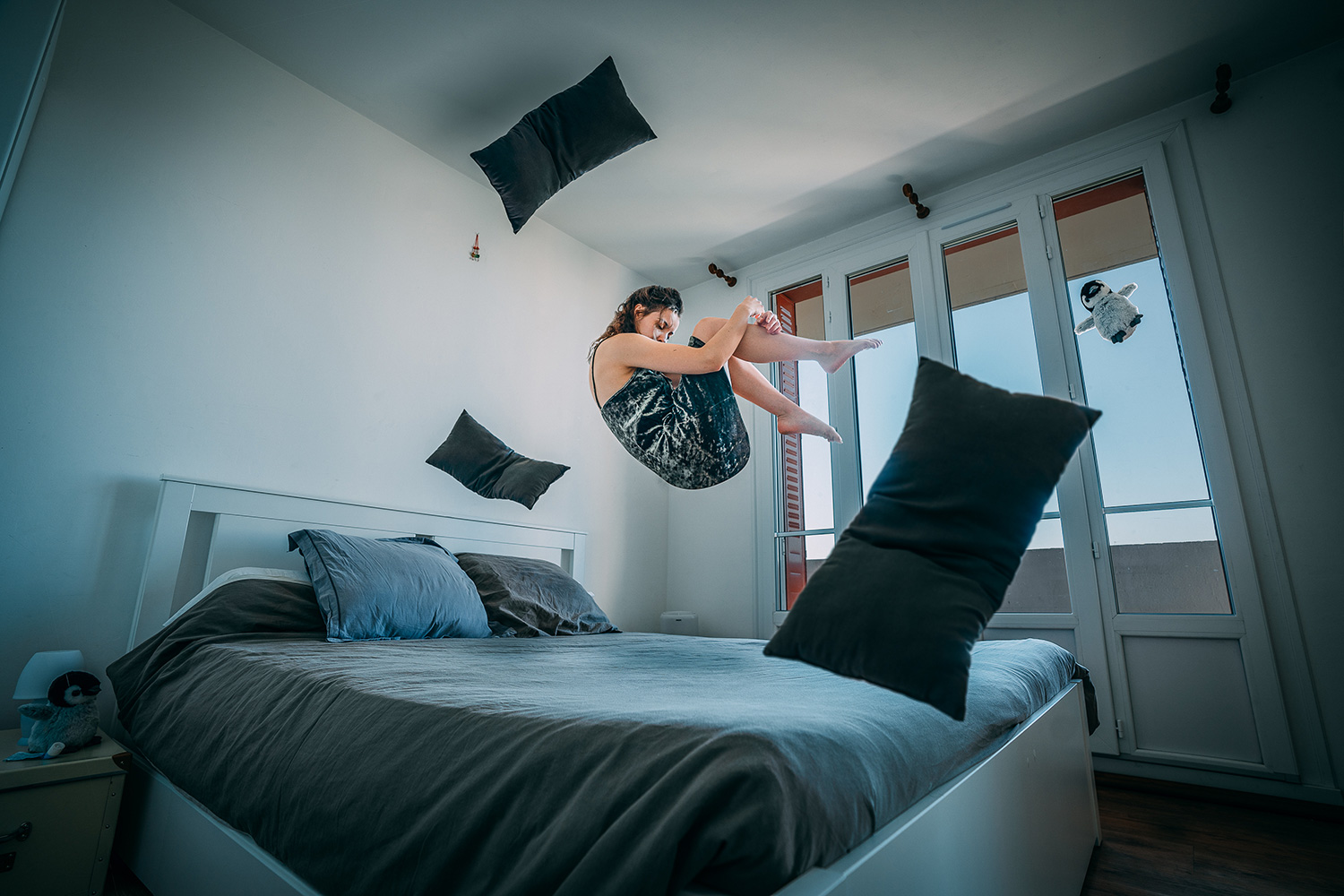 DIY photo idea – woman floating above a bed