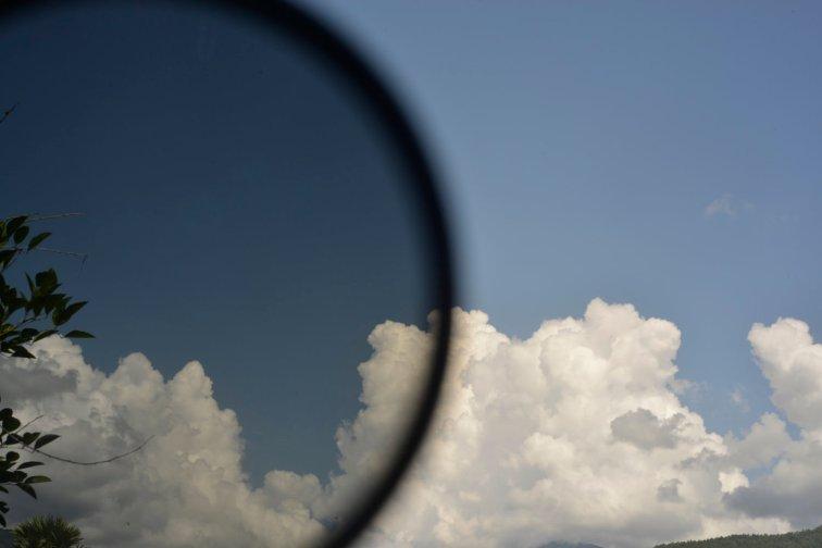 filtros polarizadores em um céu azul