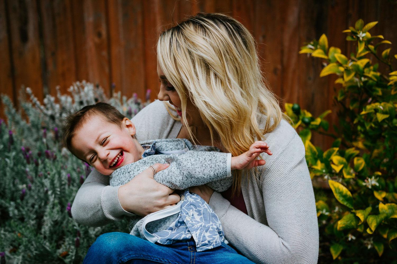 mulher olhando para um retrato deslumbrante de criança