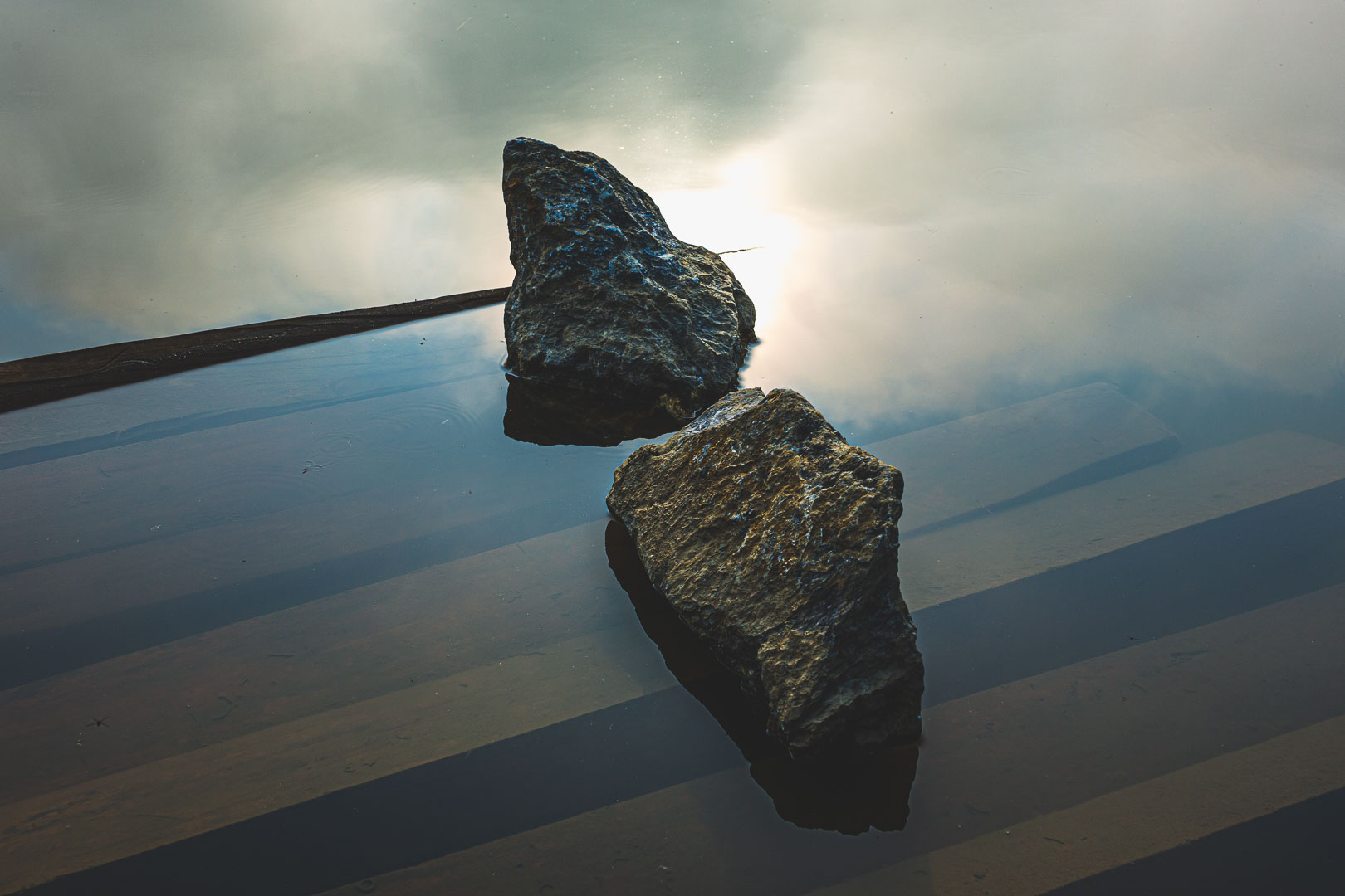 rochas na água com reflexo