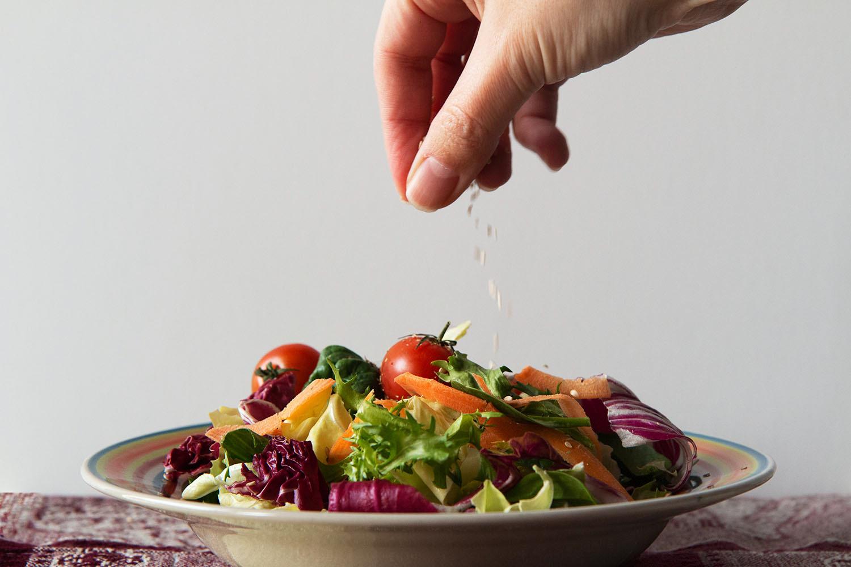 polvilhe temperos com a mão sobre a comida