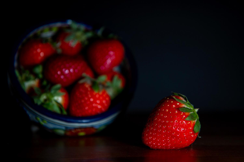 ideias de fotografia de comida de morango em luz dramática
