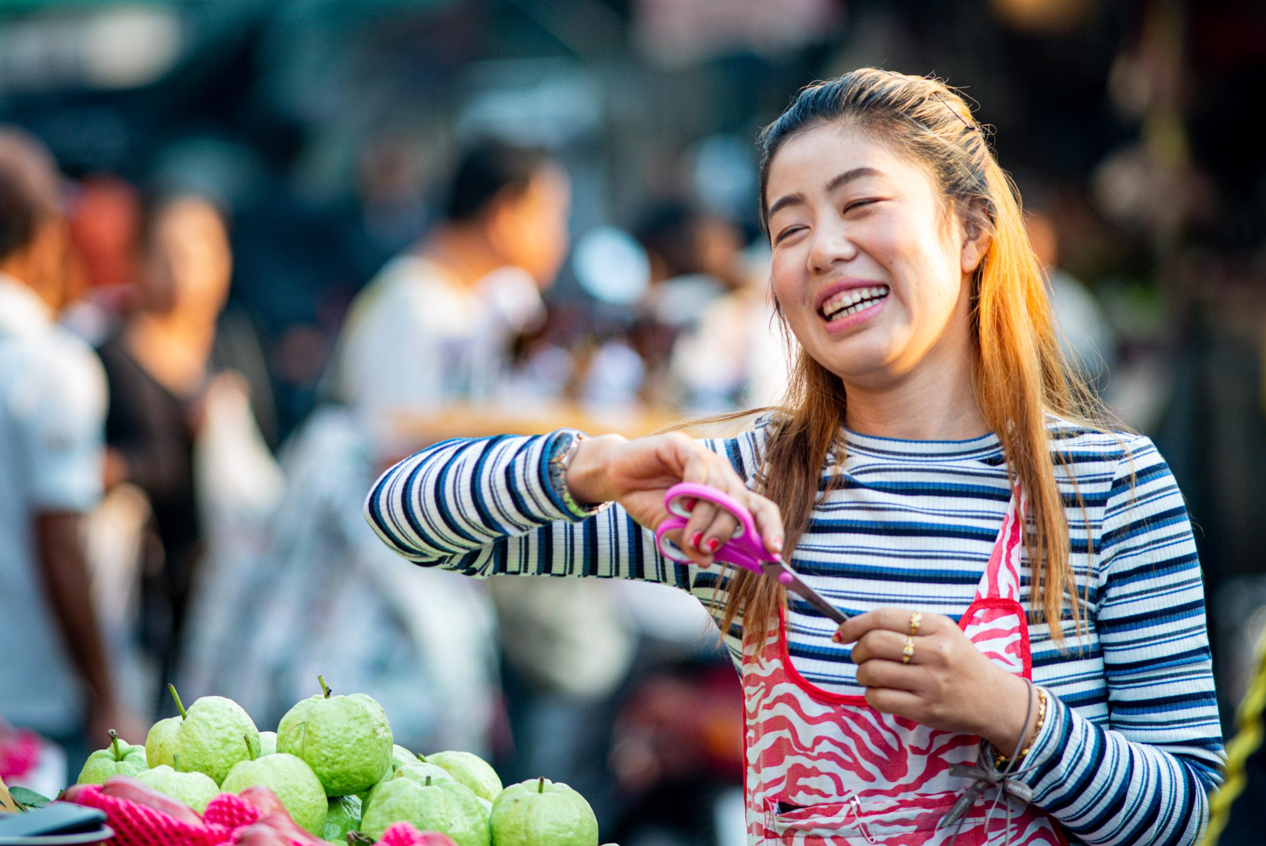 © Kevin Landwer-Johan. Fotografia de rua da mulher do mercado