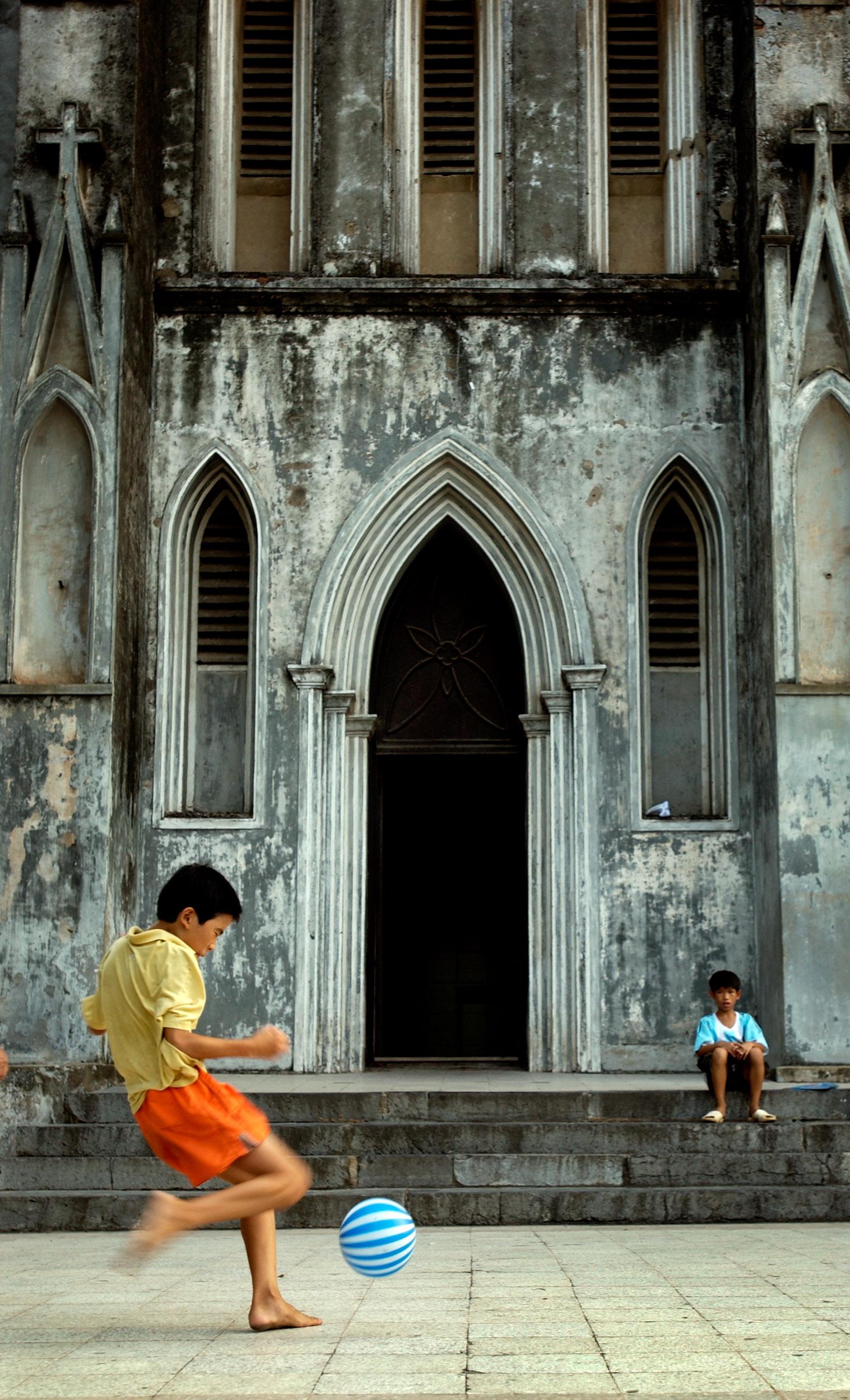 © Kevin Landwer-Johan street photography kids playing football