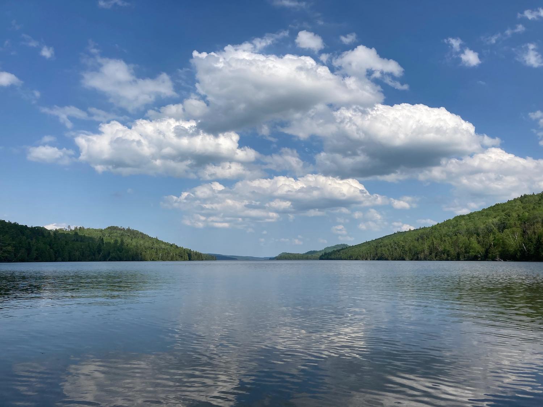 lago com nuvens fofas