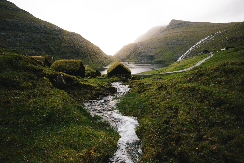 rio fluindo como linhas principais em uma paisagem montanhosa