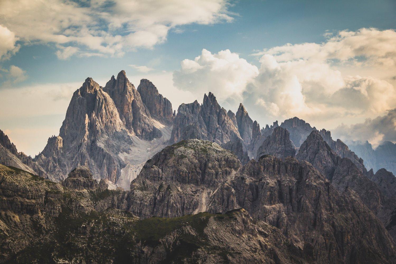 montanhas com céu dramático