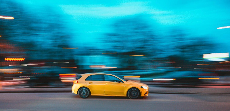 Carro com velocidade de obturação lenta e fundo desfocado