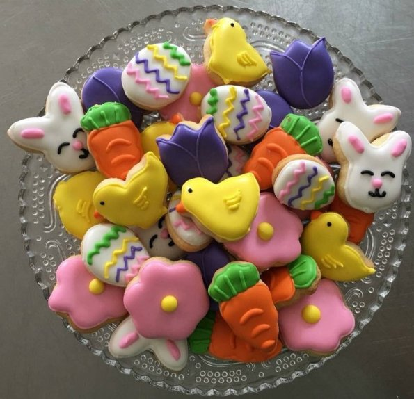 1. Adorable Decorated Mini Sugar Easter Cookies
