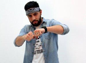 Raytz «El mala conducta» pone a bailar a sus seguidores con el sencillo «Como el Mar y las Olas»