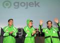 Pendiri dan CEO Grup Gojek Nadiem Makarim (kanan) bersama Co-Founder Kevin Aluwi (tengah) dan Presiden Grup Gojek Andre Soelistyo (kiri) meresmikan logo baru perusahaan di kantor pusat Gojek, Jakarta, Senin (22/7/2019). | Audy Alwi /Antara Foto otentikasi 2 faktor whatsapp - img 5d38417d13291 - Cara Aktifkan Otentikasi 2 Faktor Whatsapp di Android