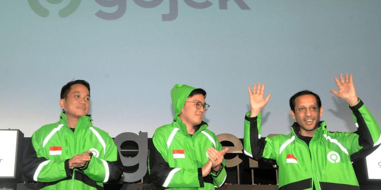 Pendiri dan CEO Grup Gojek Nadiem Makarim (kanan) bersama Co-Founder Kevin Aluwi (tengah) dan Presiden Grup Gojek Andre Soelistyo (kiri) meresmikan logo baru perusahaan di kantor pusat Gojek, Jakarta, Senin (22/7/2019).   Audy Alwi /Antara Foto