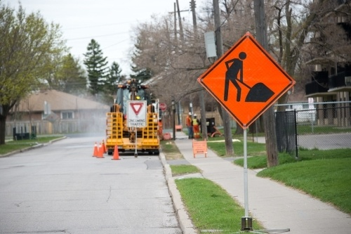construction traffic sign indicating that there is a construction crew digging on this street