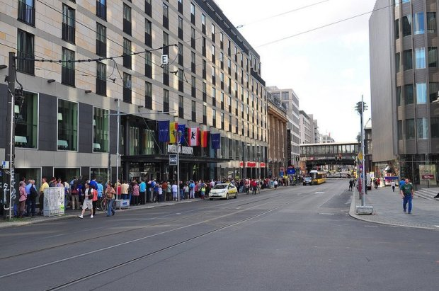 BVG U6 Tunneltag Schlange an der Friedrichstraße