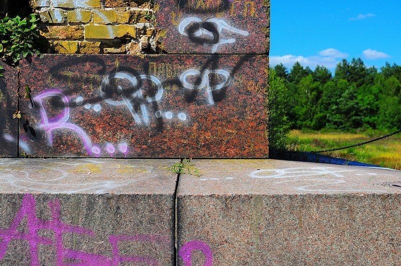 russian graffiti obelisk
