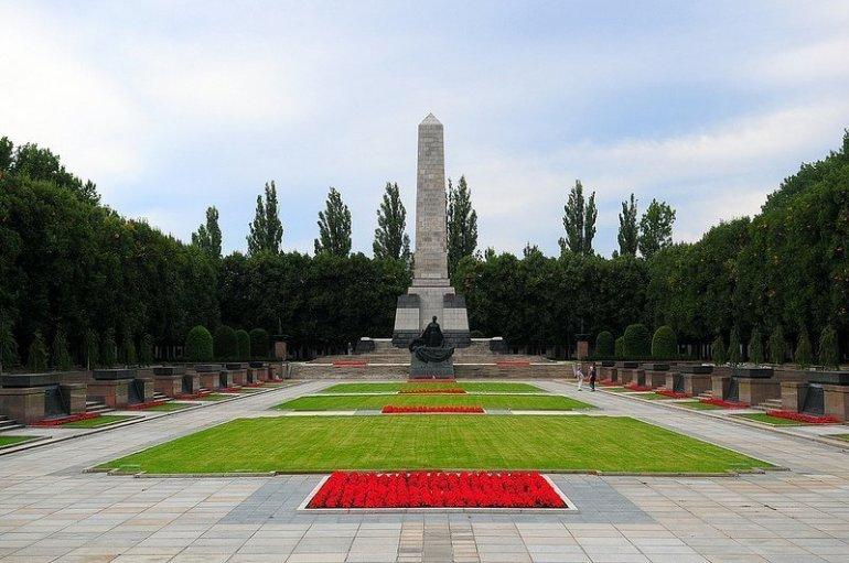 central view of the sowjetisches ehrenmal schoenholzer heide