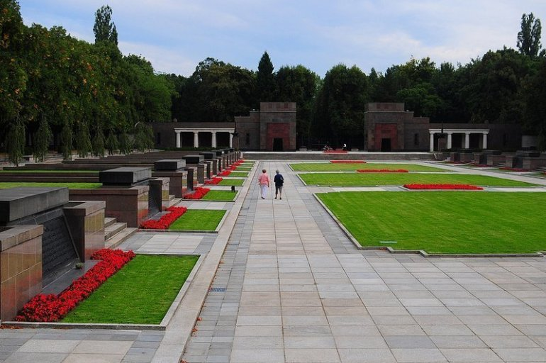 old ladies walking through the sowjetisches ehrenmal schoenholzer heide