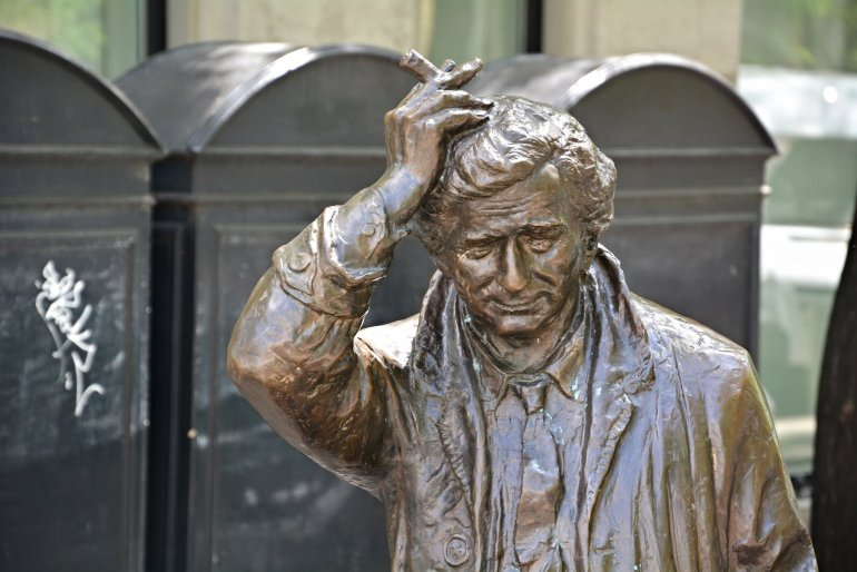 columbo statue mikas falk utca budapest hungary