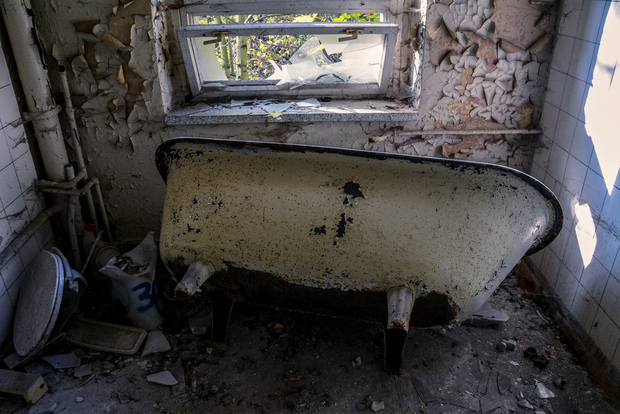 abandoned hospital berlin verlassenes krankenhaus lost places urbex ruins germany rusty bathtub