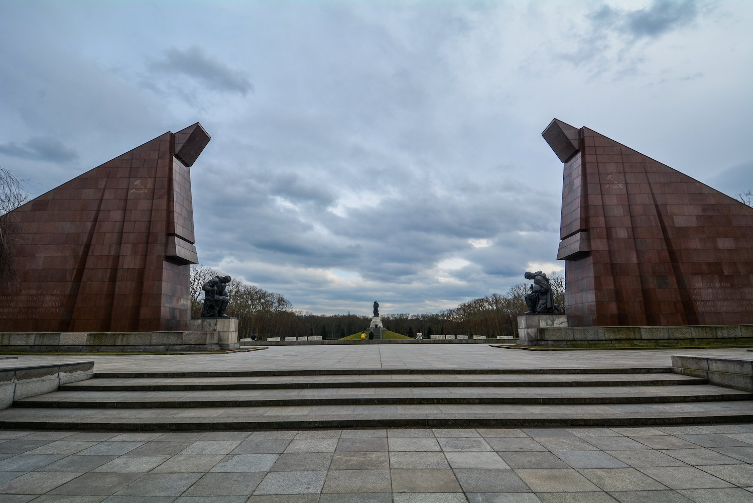granite flags sowjetisches ehrenmal treptower park treptow soviet war memorial berlin germany