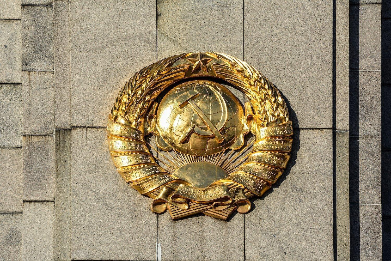 soviet union insignia sowjetisches ehrenmal tiergarten soviet war memorial berlin germany