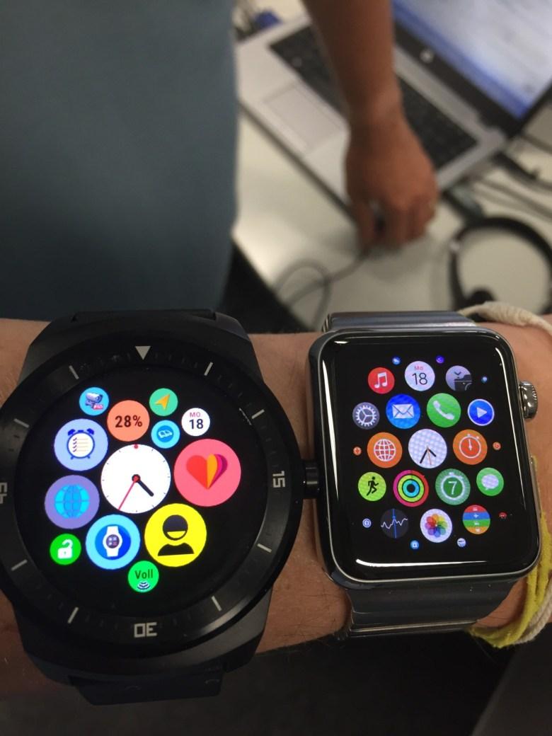Eine Android Uhr neben einer Apple Watch