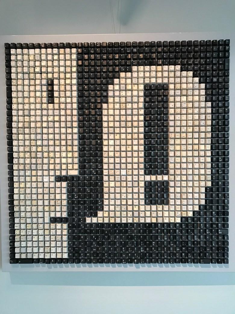 Eine Apple Warnmeldung auf dem Mac. Tastatur-Kunst im Heinz Nixdorf Museum