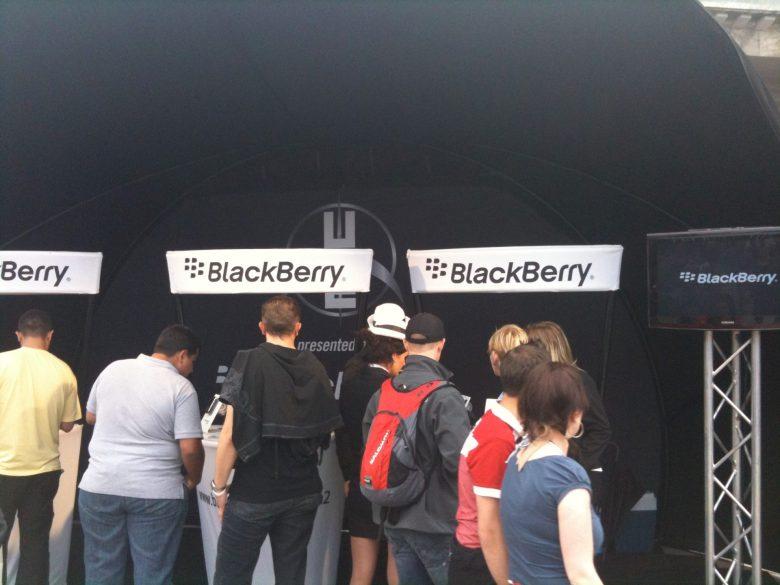 Werbestand von BlackBerry beim U2-Konzert in Berlin im Jahr 2009