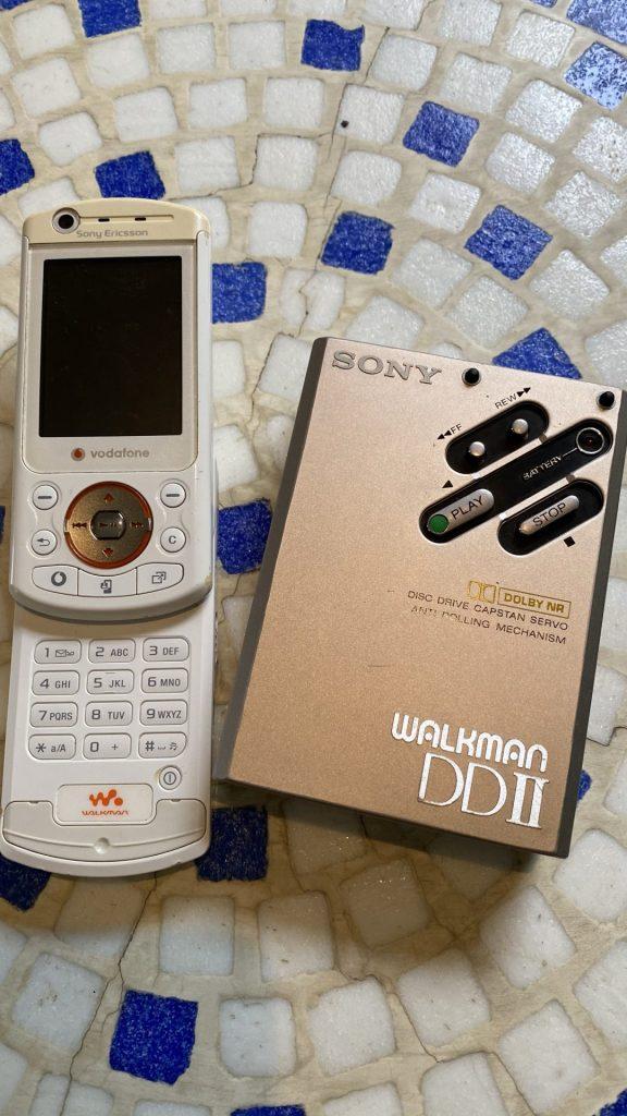 Sony Ericcson Walkman Phone neben echtem Walkman