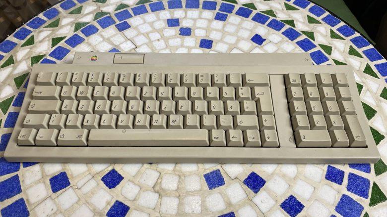 Wieder eine gute Apple Tastatur beim Macintosh Color Classic. Sehr kompakt mit Zahlenblock. Entwicklung der Computertastaturen