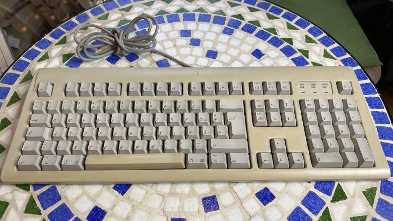 Apple Mac Performance 5200 Tastatur. Schon Technik der 90er Jahre. Entwicklung der Computertastaturen