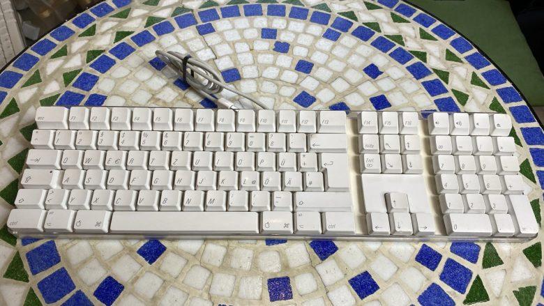 Design-Tastatur beim Apple iMac G4. Entwicklung der Computertastaturen