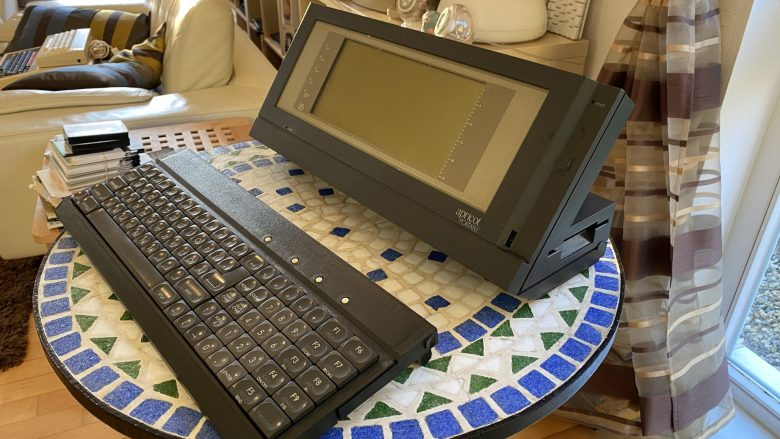 Ein tragbarer mit abgesetzter Tastatur und LCD-Bildschirm. Der ACT Apricot Portable - britische Computer der 80er Jahre