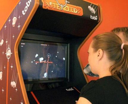 Tobii Eye Asteroids 世界初、目でコントロールするアーケードゲーム