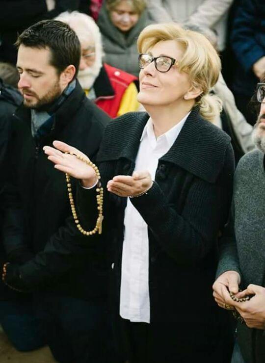 Vidente Mirjana durante la aparicion de la que fui testigo (foto de otro peregrino)